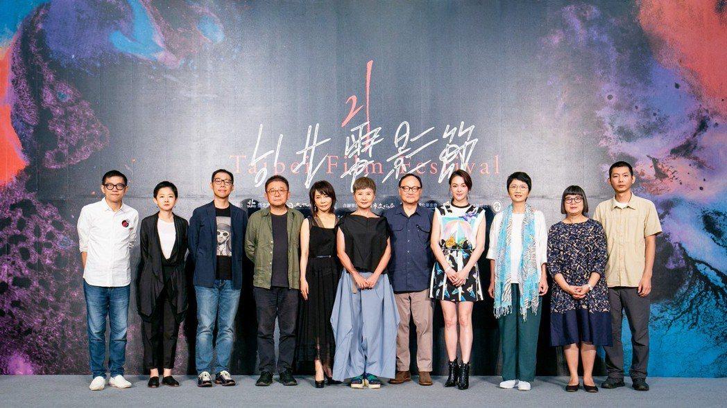 台北電影獎評審團登場亮相。左起為塗翔文、王佳惠、林書宇、張律、柴智屏、評審團主席...
