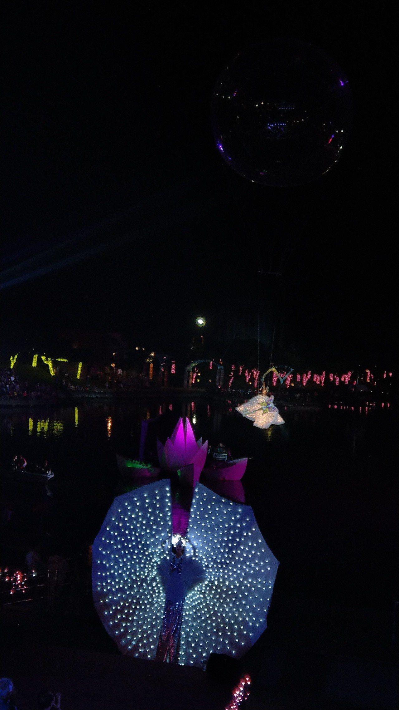 彩蝶飛天、夢想起飛,掀起童玩節開幕水陸空匯演的高潮,連當年創辦童玩節活動的秘克琳...