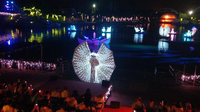 宜蘭童玩節開幕水陸空大匯演,當年創辦童玩節活動的秘克琳神父肯定「很好」。 記者戴永華╱攝影