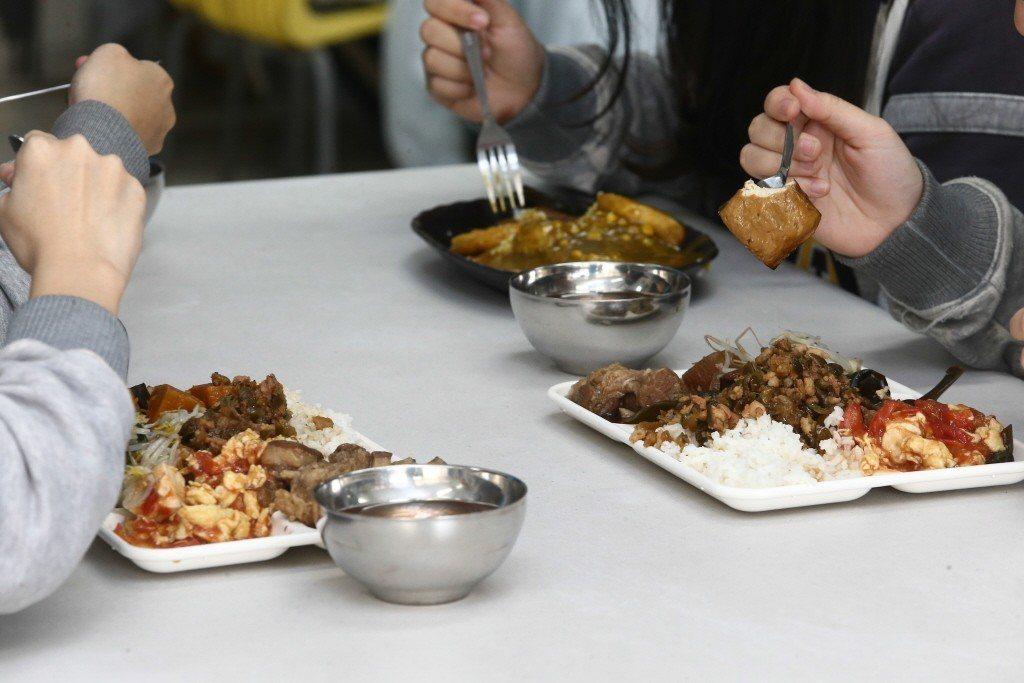 公部門及學校禁用免洗餐具。圖為明道中學餐廳全面使用環保餐具,包括玉米材質的可分解...