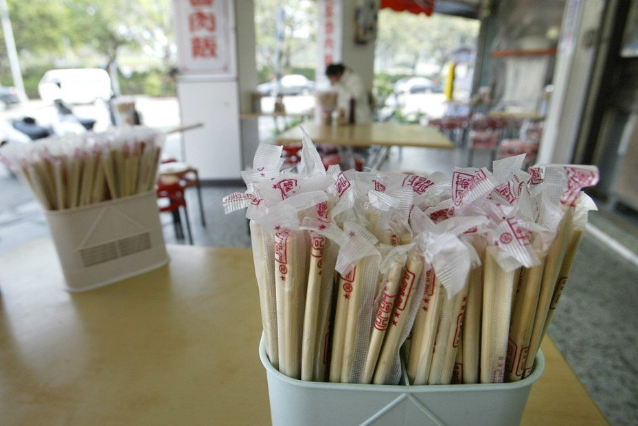環保署公告百貨量販業禁用免洗餐具的區域,台北、新北、桃園等11縣市明年元旦起開始實施。本報資料照片