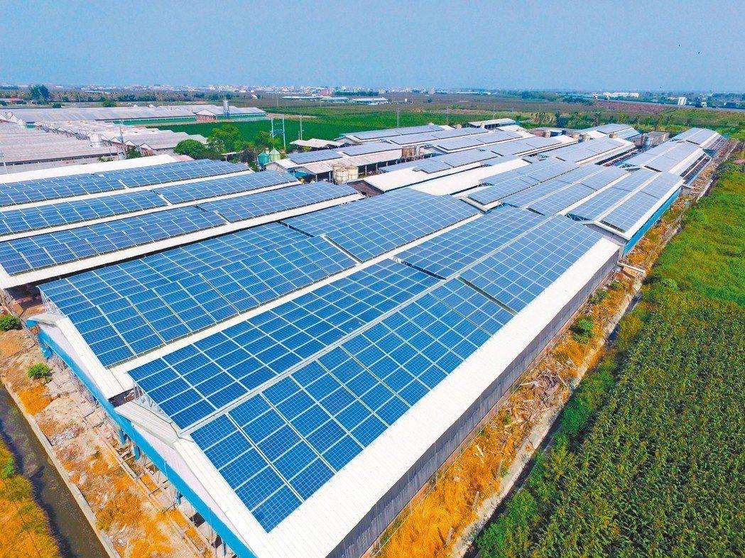由於地面型太陽光電推動進度大幅落後,經濟部研議調高屋頂型光電的目標。圖為雲豹能源...