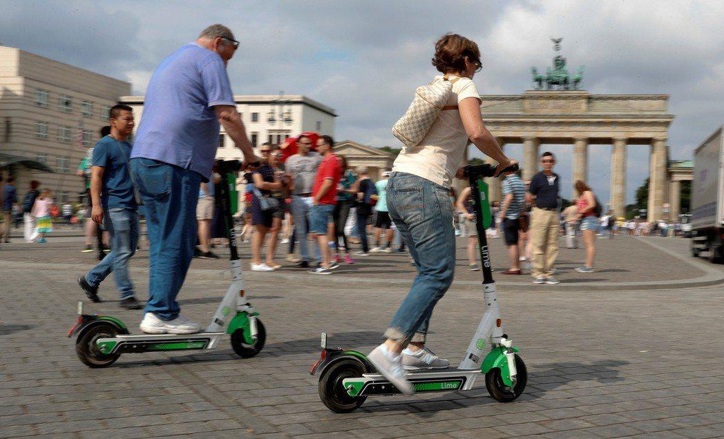 共享電動滑板車風靡全球,但是否真的環保尚待討論。(路透)