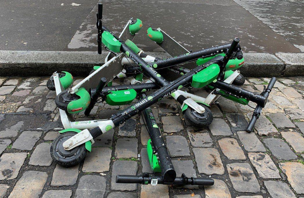 被丟棄在巴黎街頭的電動滑板車。(路透)