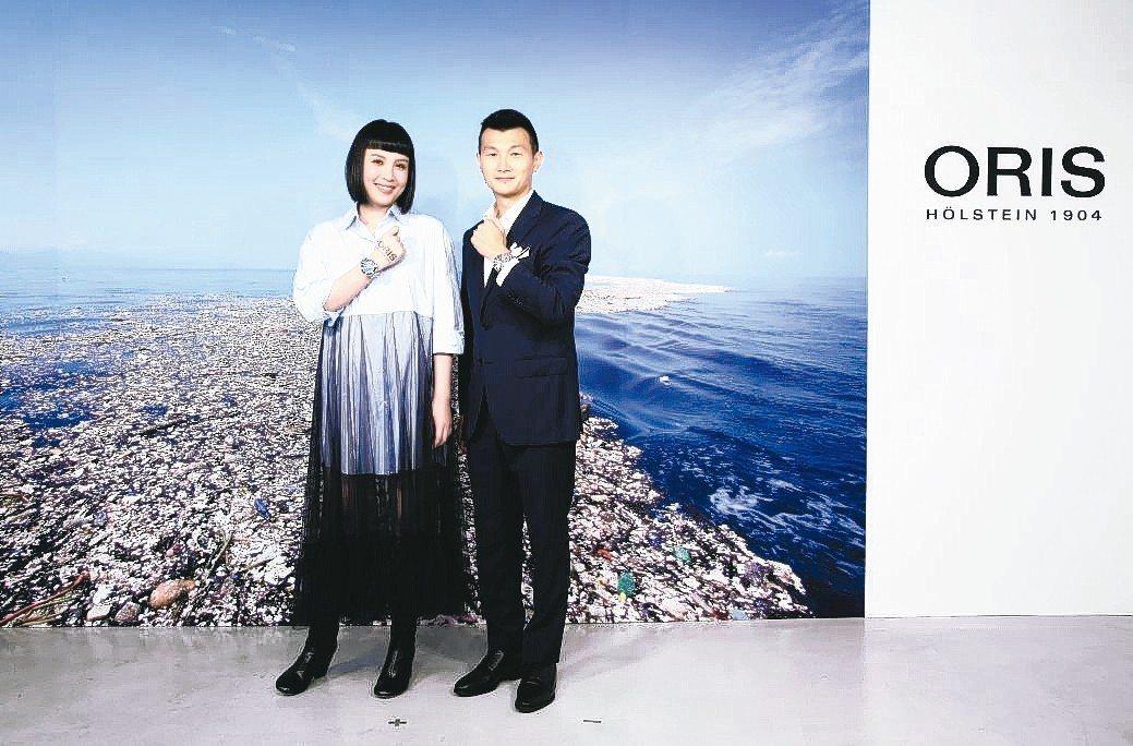 創作才女魏如萱(左)與ORIS台灣副總經理黃釧峰,共同出席ORIS潛水腕表上市記...