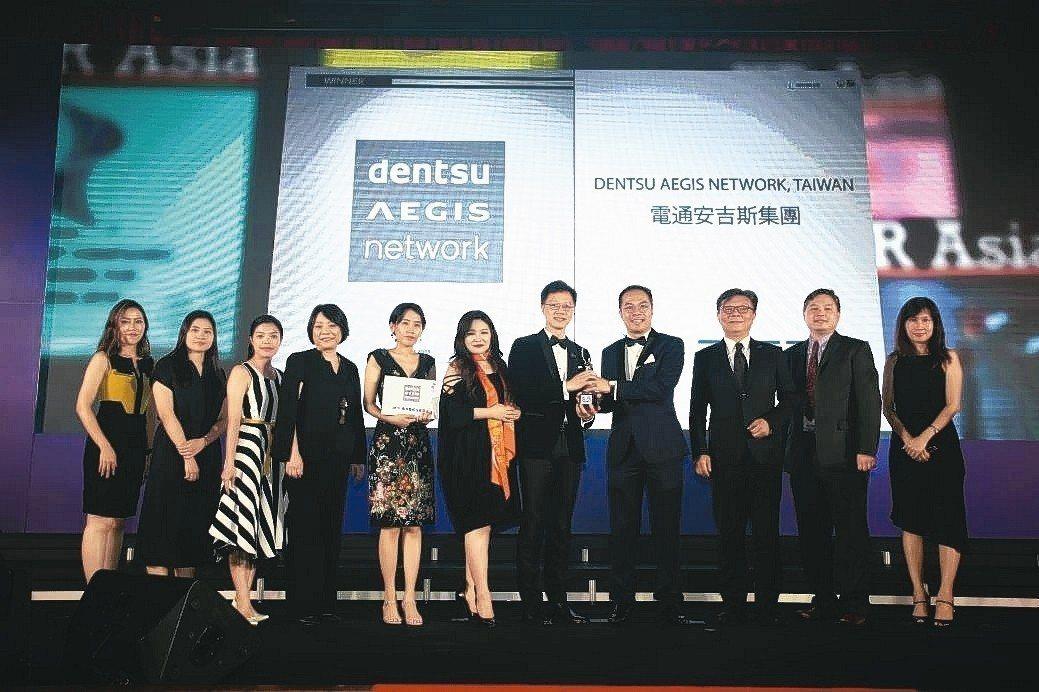電通安吉斯集團台灣人力資源總監溫文宗(右五)代表集團受獎。 電通安吉斯集團/提供
