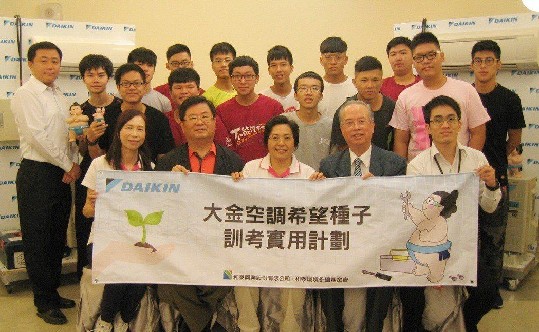 失親兒基金會研發中心主任許淑嬌(前排左起)、失親兒基金會募款總顧問蔣光輝、失親兒...