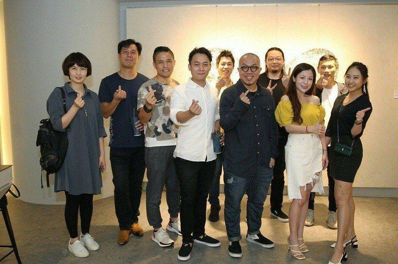 藝站團隊與藝術家林慶芳共同合影。 藝站當代藝廊/提供
