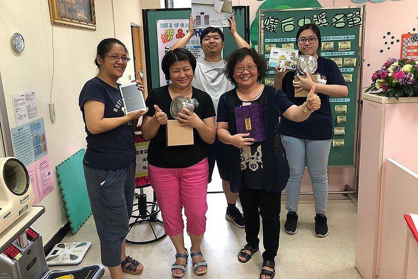 歷經8週健康促進集點GO活動,抽到大獎的教職員生。 長庚科大/提供