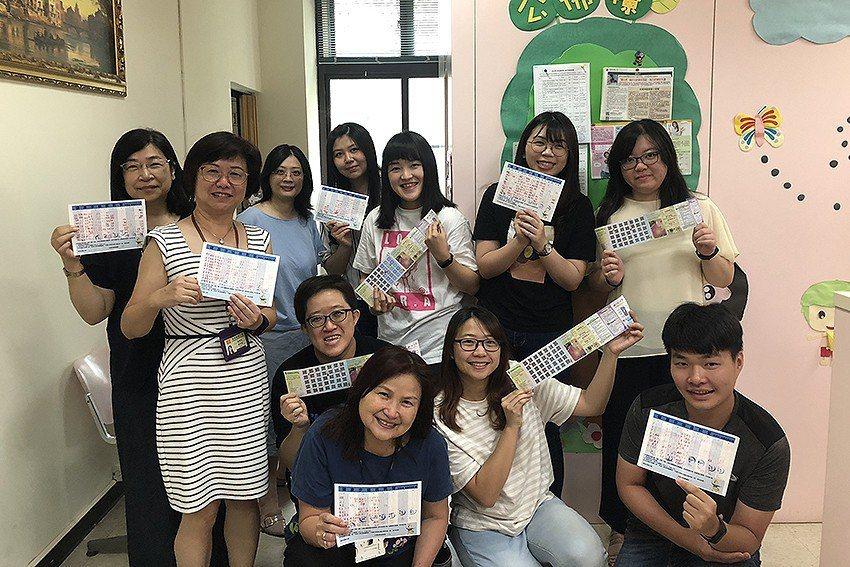 教資中心主任黃翠媛帶頭激勵單位同仁參與健康促進活動。 長庚科大/提供