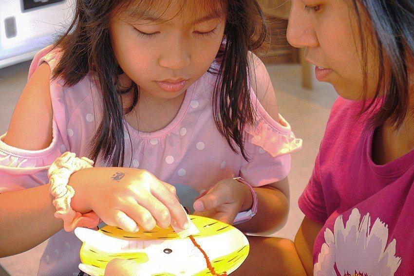 一日修復師-金繼,將陶瓷器裂痕修補成獨特藝術品。 十三行博物館/提供