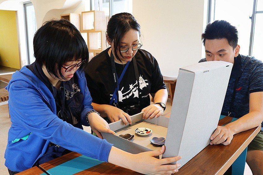 運用無酸中性紙板製成「器物保護盒」,提供文物安全環境。 十三行博物館/提供