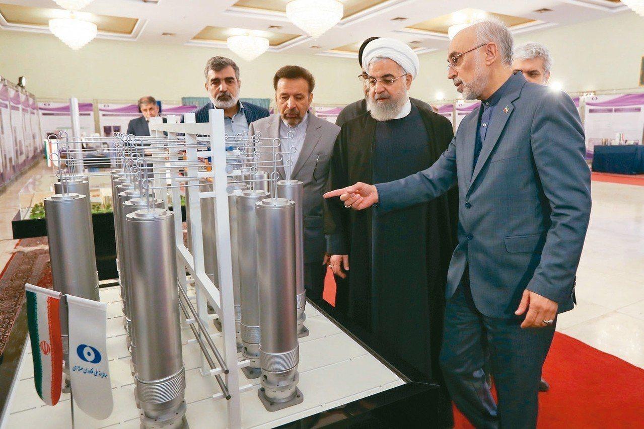 伊朗7日宣布,當天將打破核協議濃縮鈾濃度上限。圖為伊朗總統羅哈尼(右二)4月在德...