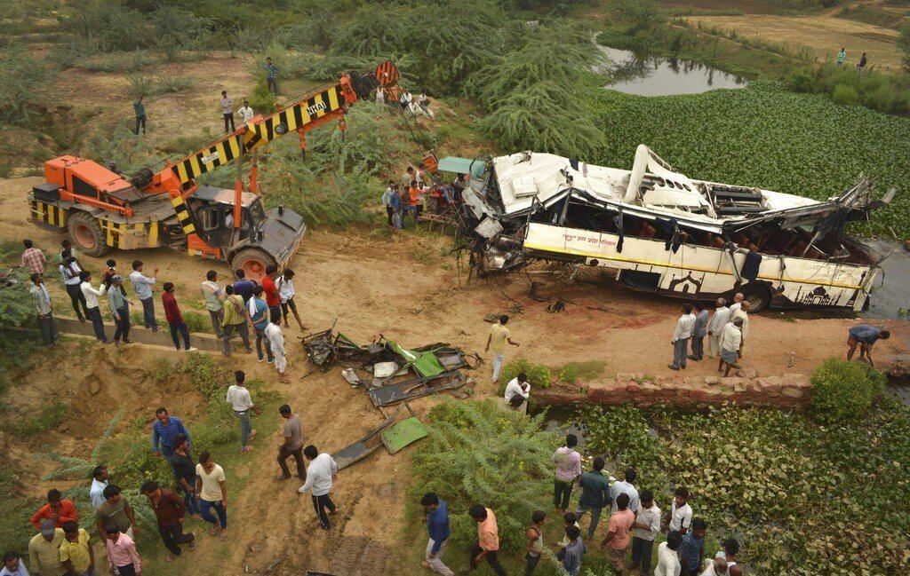 印度一輛巴士從高架橋摔落,造成至少29人喪命。美聯社