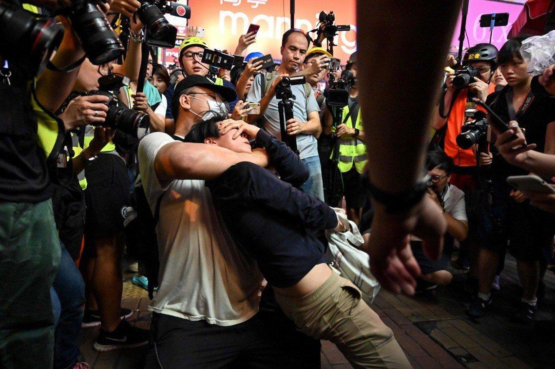 旺角街頭緊張的當下,示威者之間也發生因「懷疑警方臥底混入群眾、在遊行時拍攝影像」...