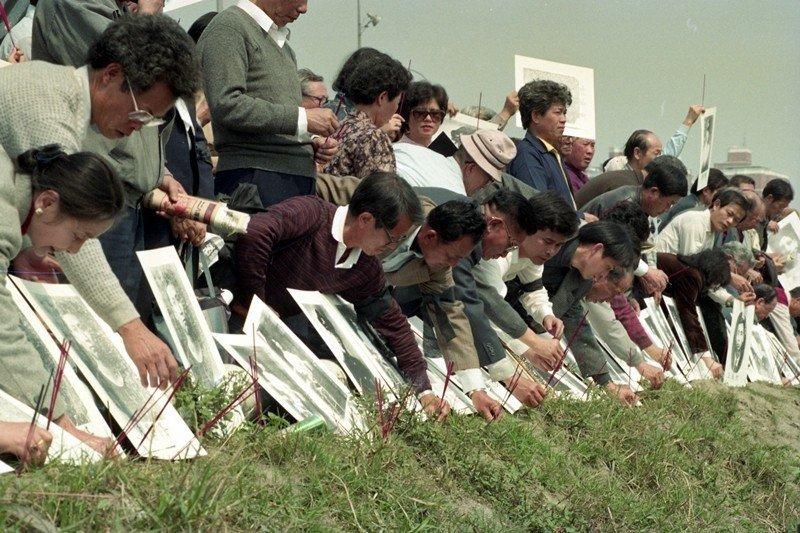 1991年,二二八暨五十白色恐怖犧牲者追思紀念會,家屬在原「馬場町刑場」持香祭拜...