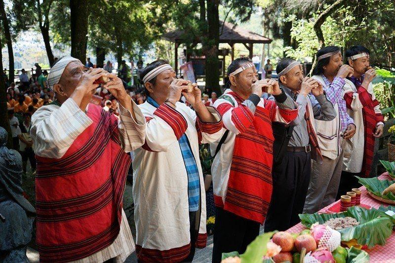 2015年10月,霧社事件85周年的追思活動,清流部落耆老用酒祭祀。 圖/聯合報...