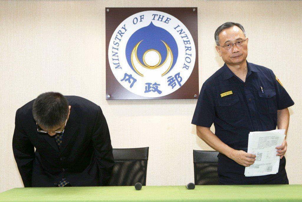 鐵路刺警事件後,內政部長徐國勇(左),與警政署長陳家欽(右)召開記者會,做出「要錢給錢,要人給人」的檢討方向。 圖/聯合報系資料照