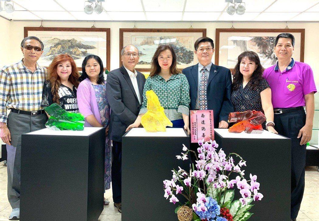 行前並接受電台專訪,(由左至右)林象元、游秀珠、李裘迪、團長蔡豐名、策展理事長吳...