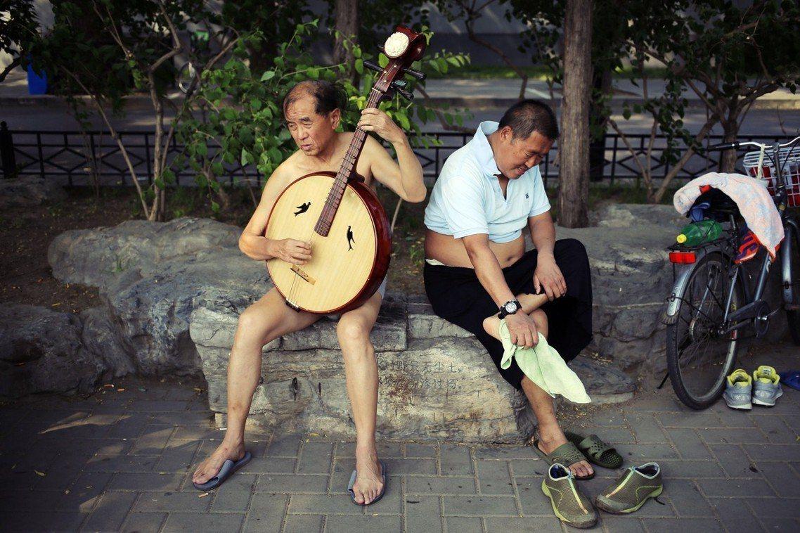 「為了城市的文明,爺們請穿好上衣!」北京天氣熱,男性在公眾場所能不能「袒胸露肚」...