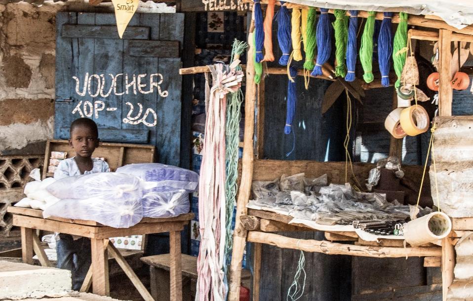 圖說:一個小學年紀的孩子在大街上販售塑膠包裝水。