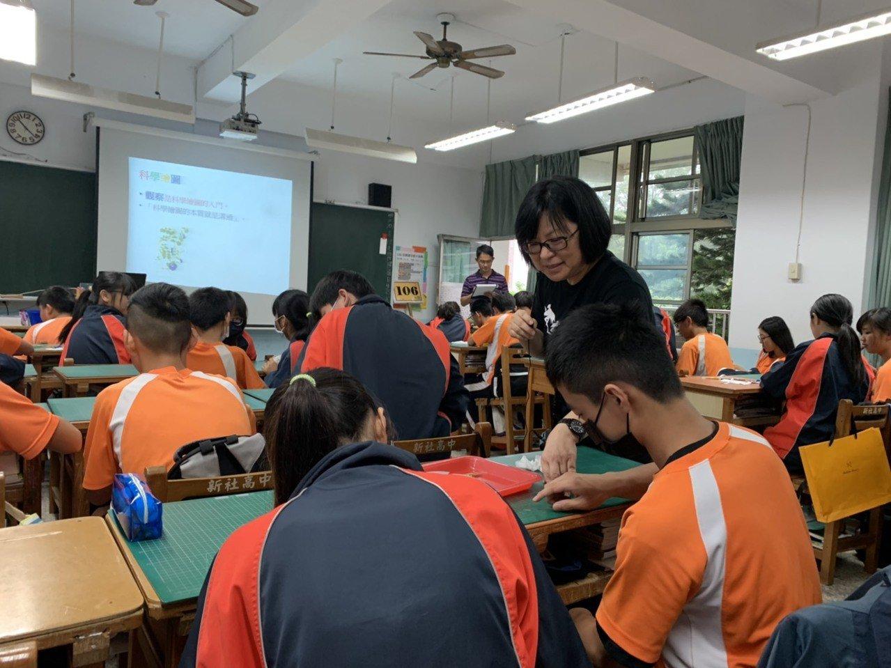 台中市新社高中國中部自然科彈性課程「校園植物觀察」課程。圖/歐靜瑜提供