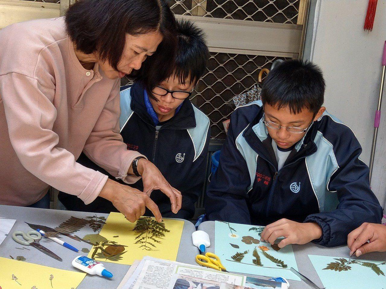 台中市新社高中農科業師實習課程中的壓花設計課程。圖/歐靜瑜提供