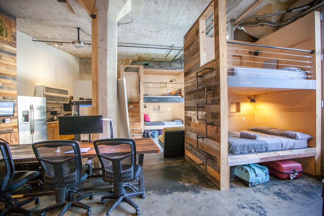 洛杉磯和舊金山租房成本高,這樣的合租屋,一床月租近台幣4萬元。(擷自PodSha...