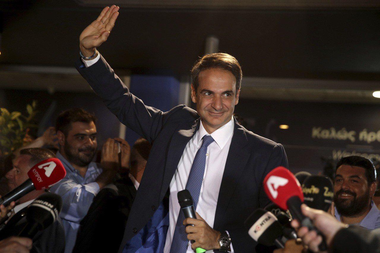 希臘在野的保守派新民主黨7日在國會大選贏得過半席次,黨魁米佐塔基斯與支持者慶祝勝...