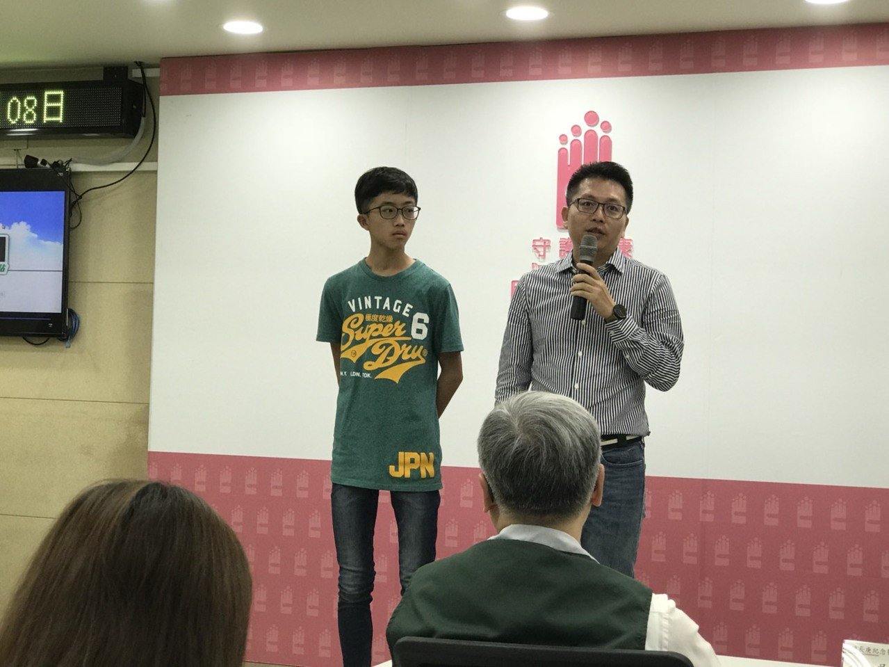 小彥的爸爸說(右),小彥(左)小二起就開始戴眼鏡,到國一擁有手機後,每天至少花一...
