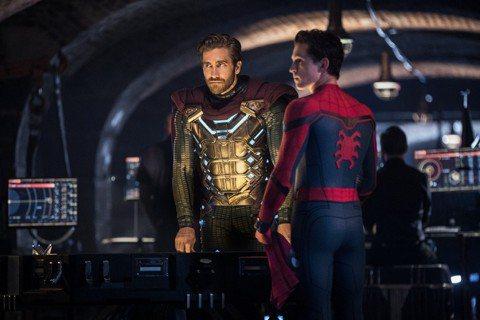 *注意!電影將有劇情雷*電影「蜘蛛人:離家日」票房大賣,片尾兩段畫面也引起影迷激烈討論,其中一段戲讓「蜘蛛人」的身份被「神秘法師」揭露,還出現先前曾在陶比麥奎爾版「蜘蛛人」系列登場的號角日報報社老闆...