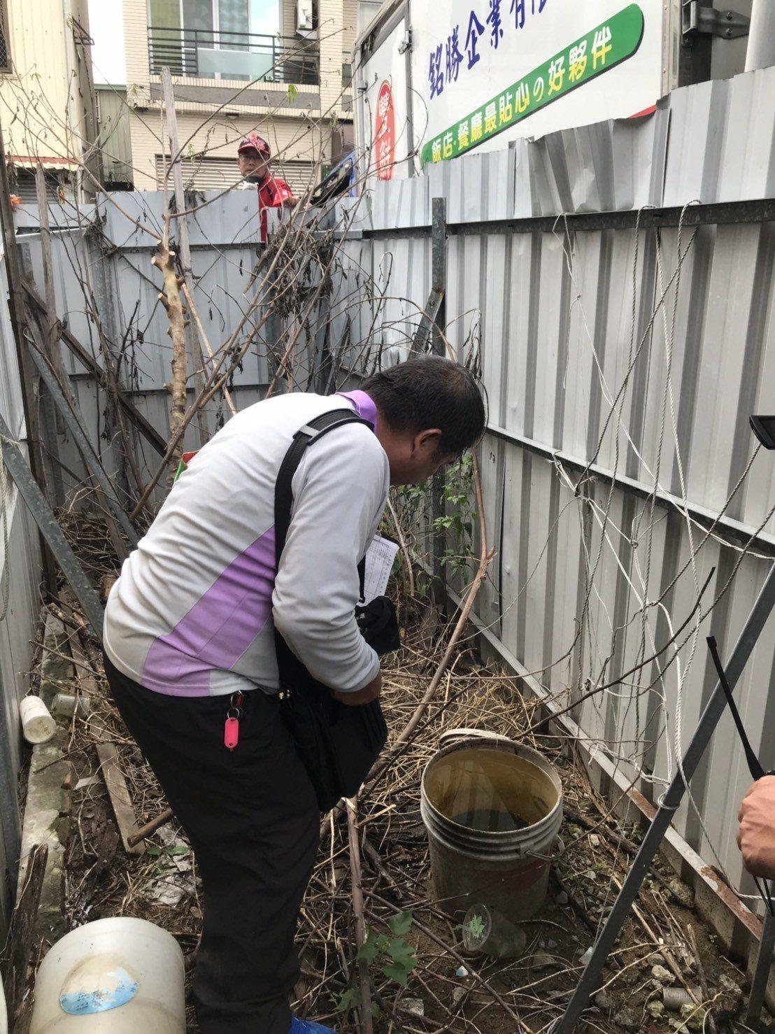 台南市中西區開山里昨天進行登革熱病媒蚊噴藥防治。圖/衛生局提供