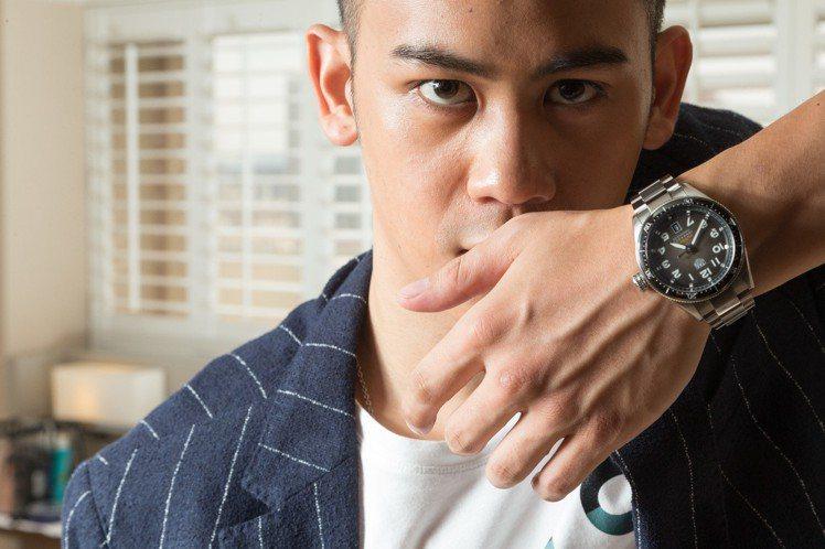 李淳身穿Boss格紋西裝,搭配泰格豪雅Autavia系列腕表,約12萬9,600...