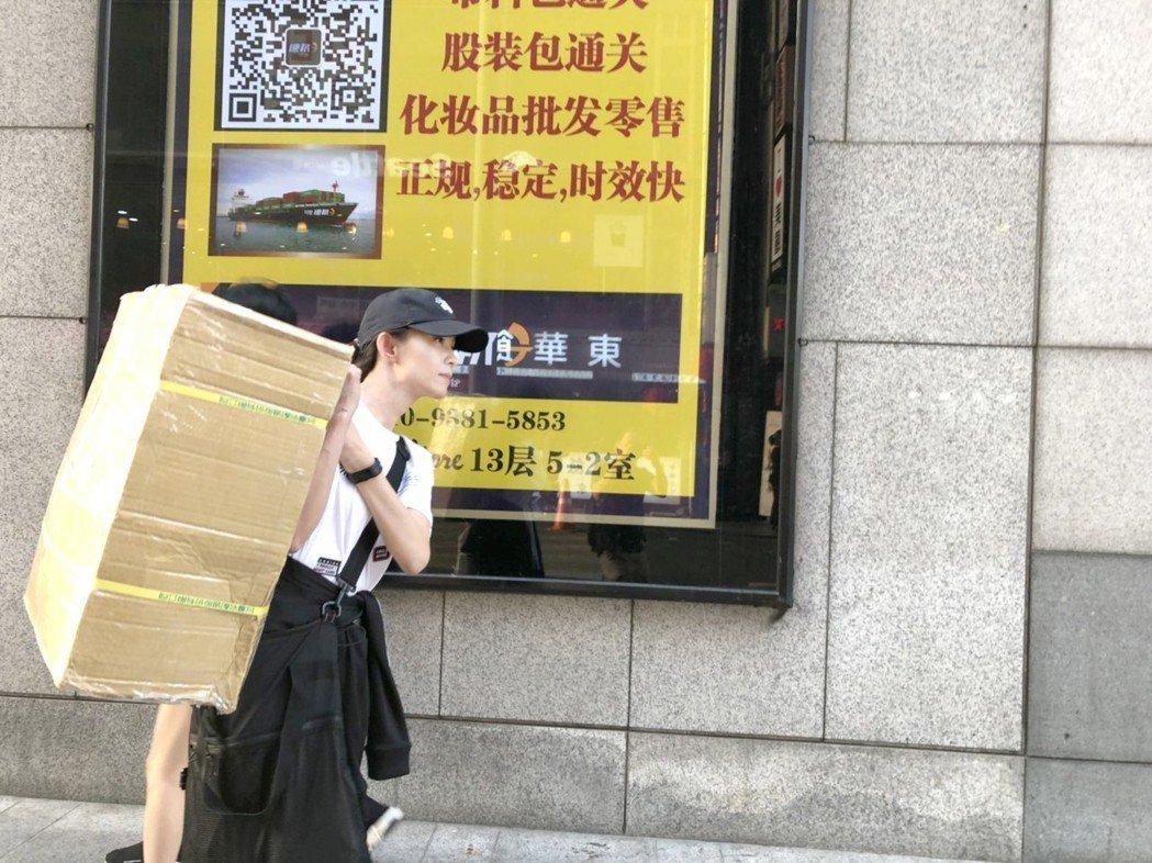 葉全真到韓國直播連貨都得扛,被網友說是神力女超人。圖/翰成數位直播提供