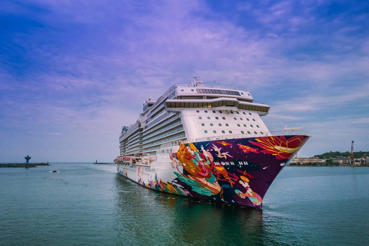 星夢郵輪旗下總噸達15萬噸的世界夢號(World Dream),今天首航基隆港。...