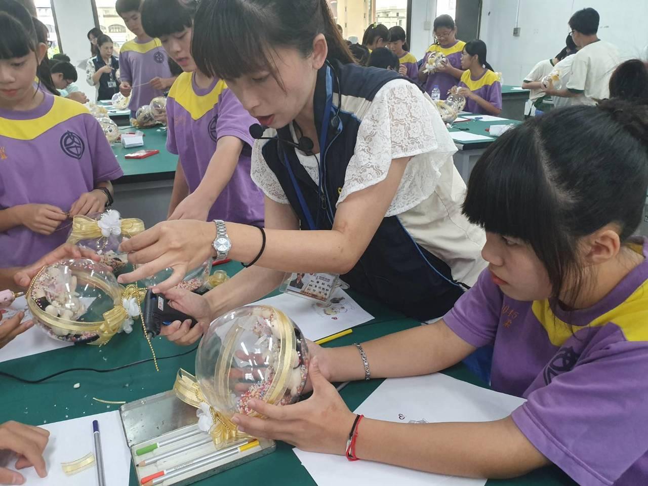 暑假育樂營超夯 推出製作可愛水晶球、學指甲彩繪
