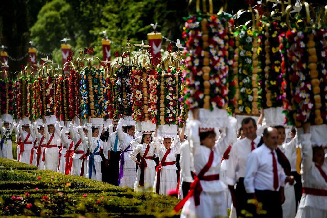 葡萄牙傳統托籃節(Festival of the Trays)的重頭戲,7日在葡...