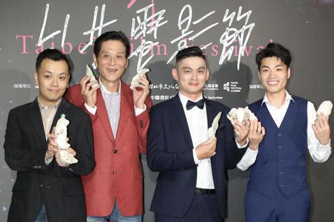 第21屆台北電影節,電影「蚵豐村」今在中山堂舉行台灣首映,導演林龍吟與片中演員喜翔、林禹緒、陳莘太一同出席首映記者會。