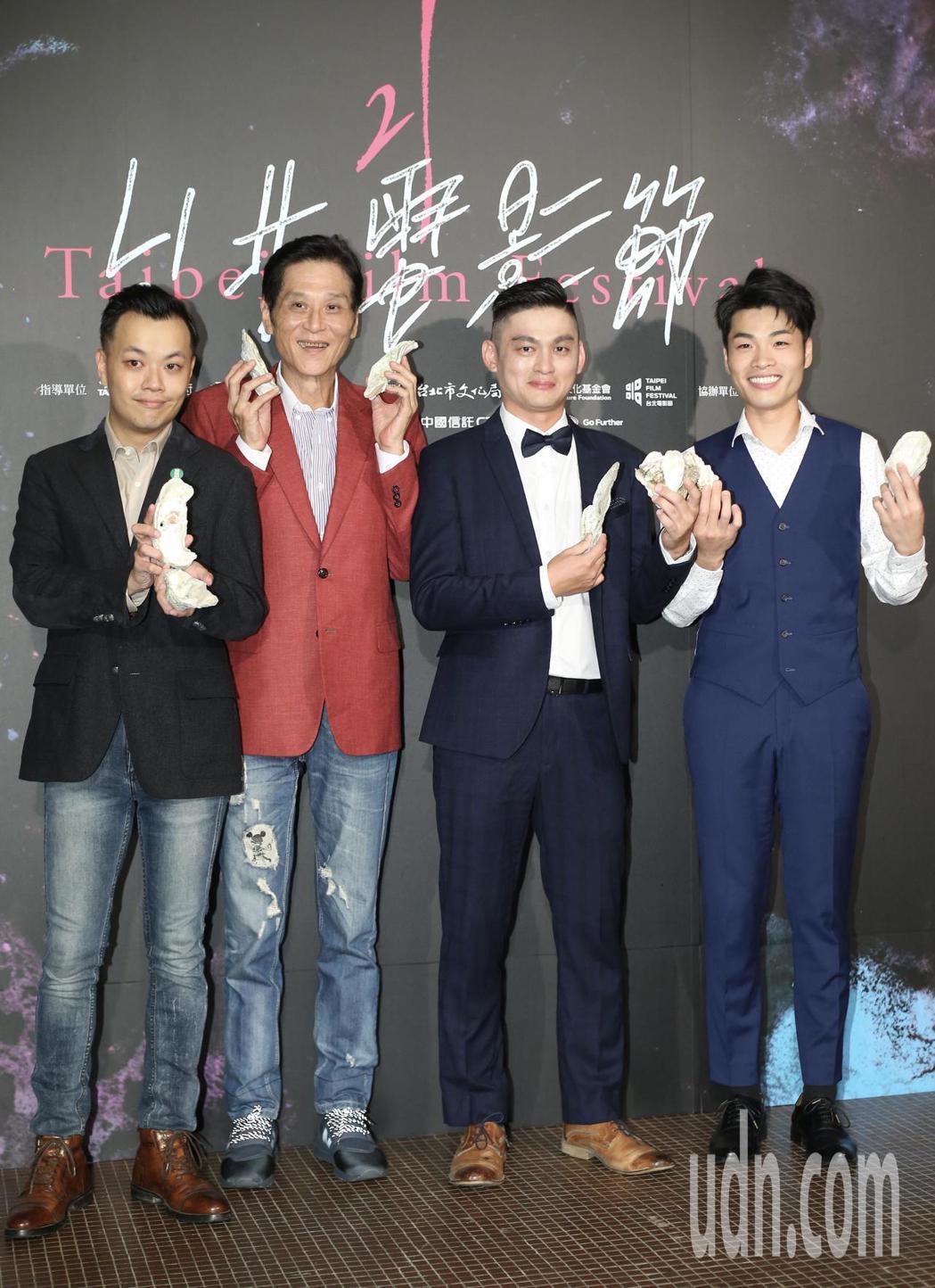 電影「蚵豐村」導演林龍吟(左起)與片中演員喜翔、林禹緒、陳莘太一同出席首映記者會