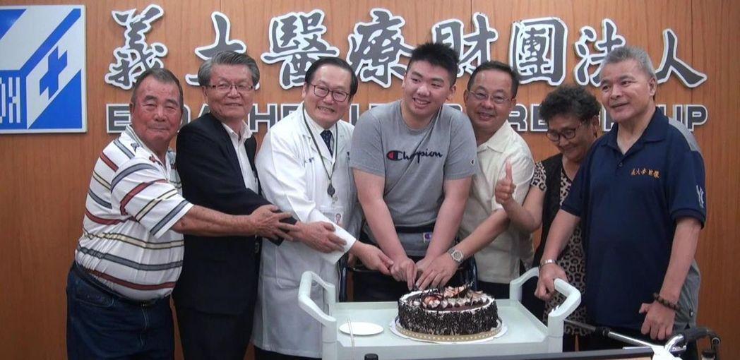 杜氏刀法狂人杜元坤 樂當助人「紅包醫師」