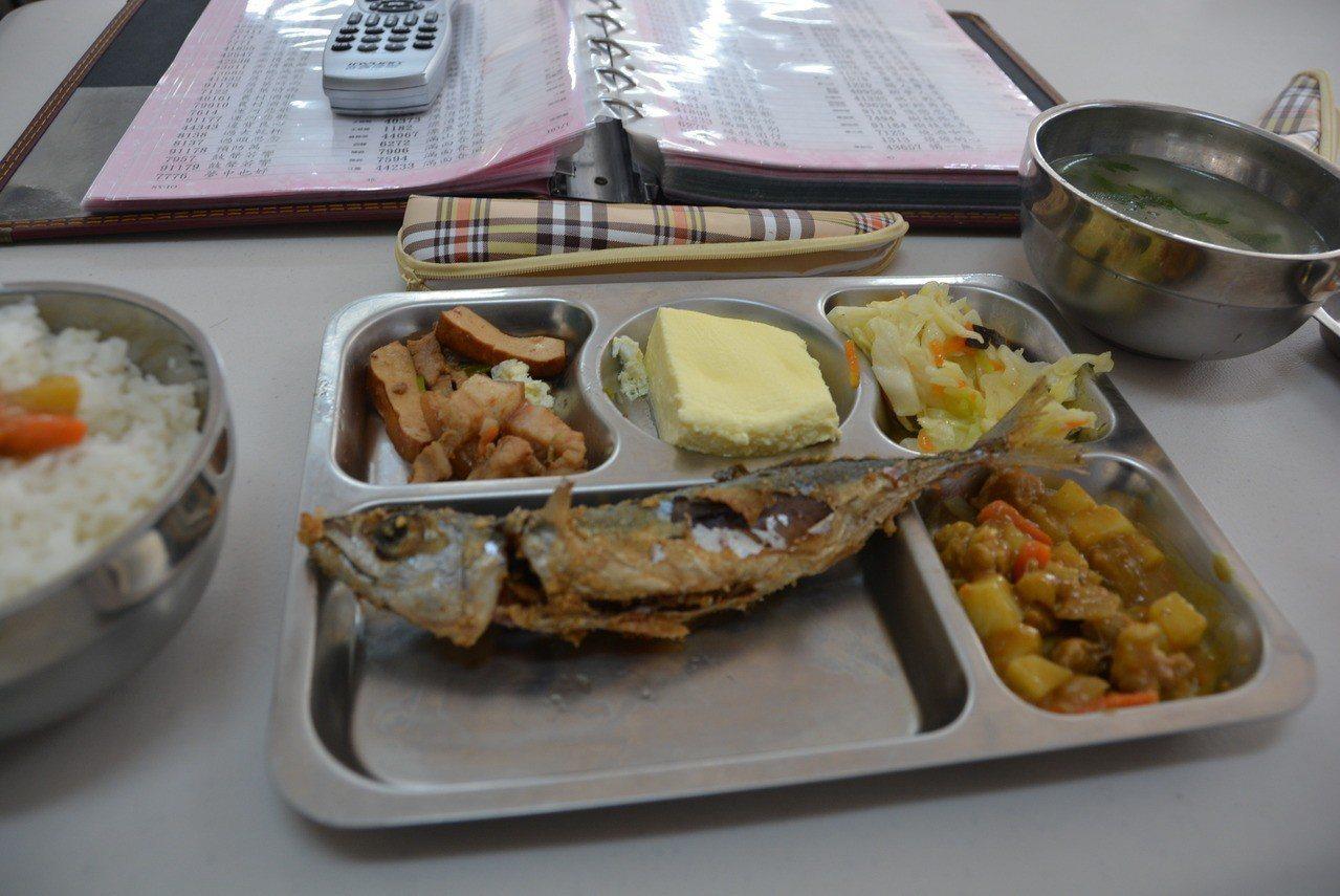考量健康及環保 澎湖老人餐食打算改用不鏽鋼餐具