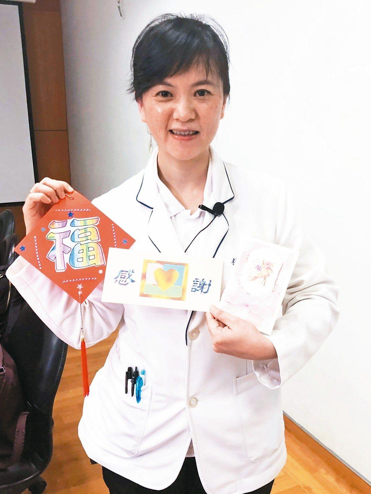 台北慈濟醫院社工師林資菁從事器捐勸募22年,陪伴家屬走過悲傷,至今不少家屬常寫卡...