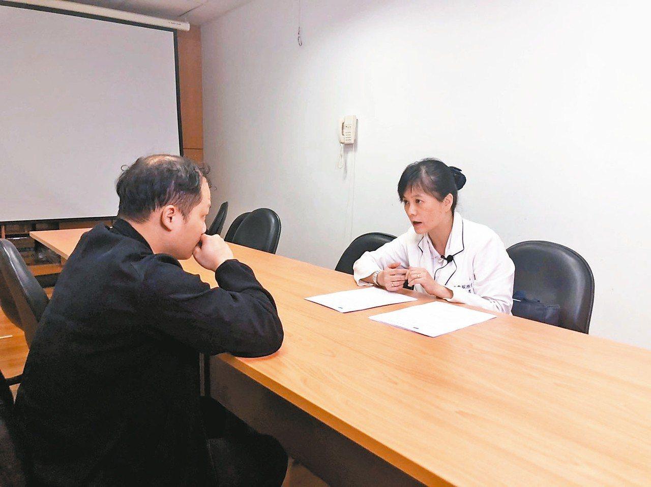 台北慈濟醫院社工師林資菁(右)與家屬溝通器捐。 記者張益華/攝影