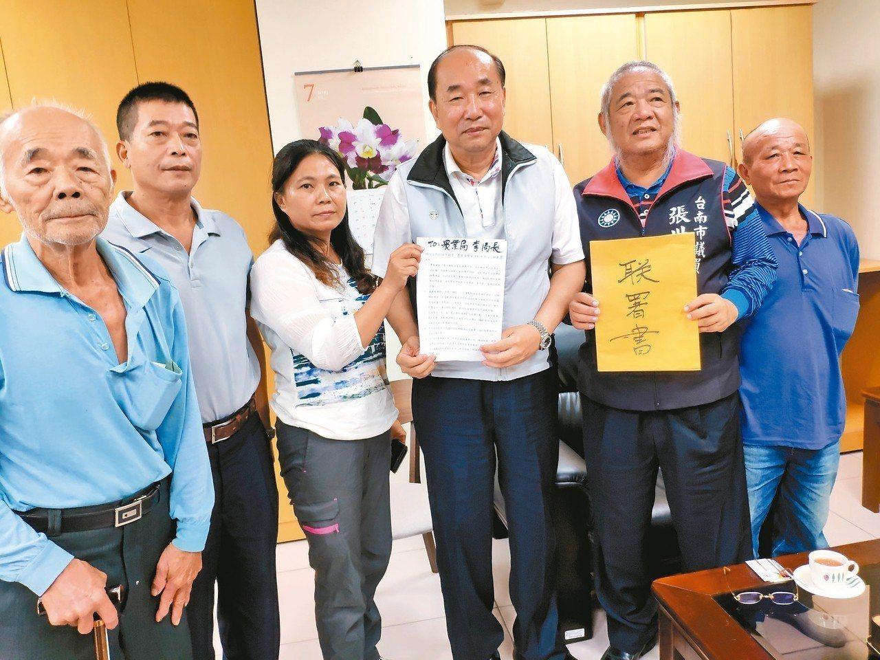 農委會有意在台南設置「農業循環資源利用中心」,市議員張世賢(右二)、白河崁頭里長...