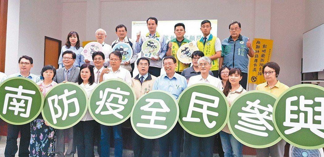 台南市長黃偉哲昨天在登革熱防治中心成立顧問團。 記者修瑞瑩/攝影