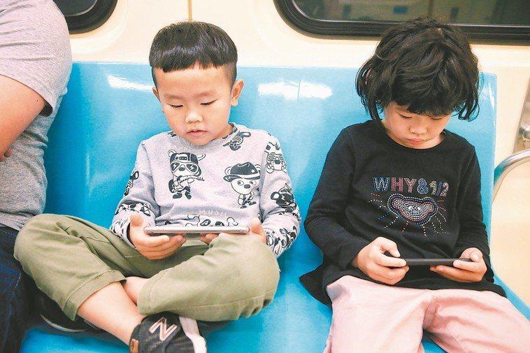 學童及青少年高度近視比率增加,衛福部建議家長暑假應安排戶外活動,別讓孩子看電視、...