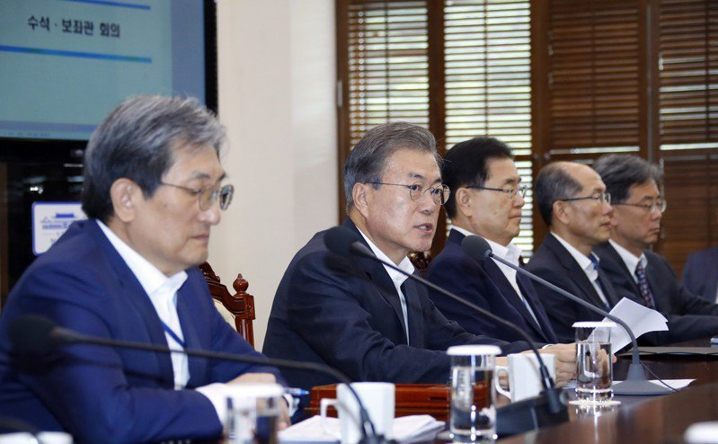 南韓總統文在寅(左二)八日在青瓦台主持高階官員會議。(歐新社)