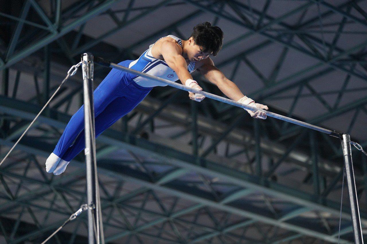 唐嘉鴻在世錦賽單槓決賽以難度分5.800分、執行分6.966分,總分12.766...