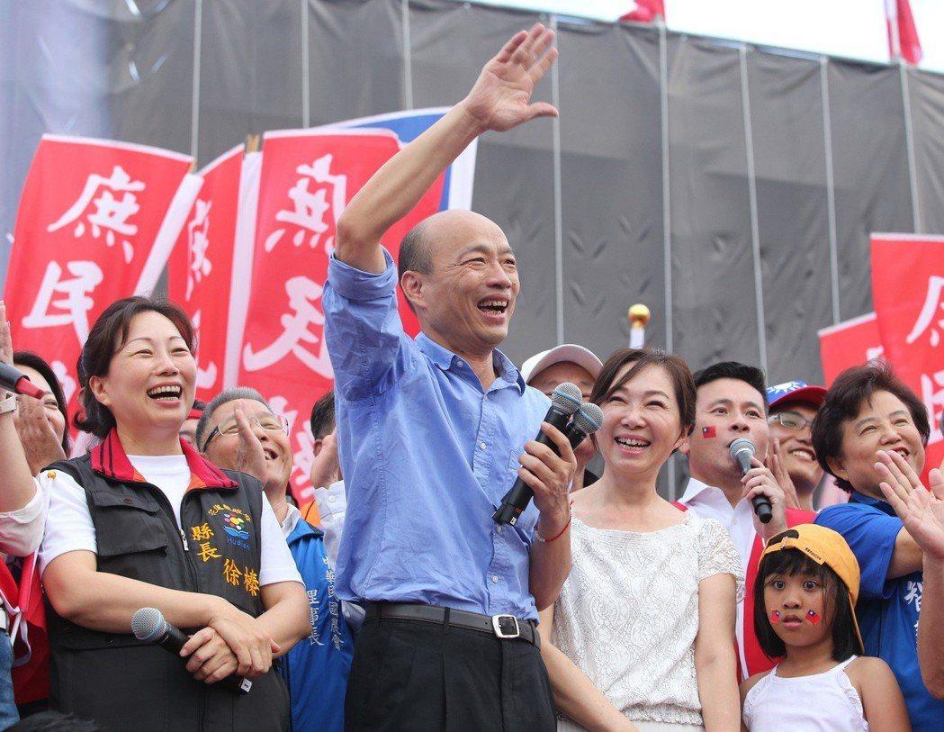 韓國瑜(前中)造勢大會,夫人李佳芬(前右二)同台,受到數萬民支持者歡迎。 圖/聯...