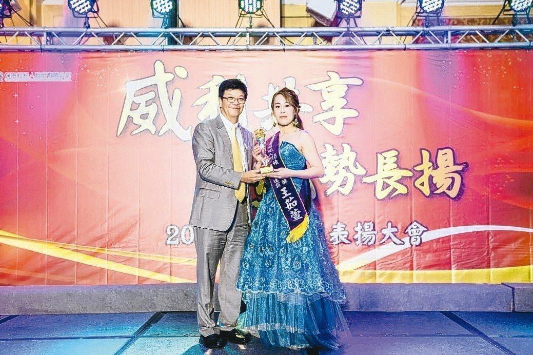 2019年威盛保經年度表揚大會,總監王茹萱(右)獲獎。 威盛保經/提供